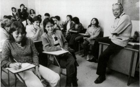 """Elsa Medina. """"Nacho López impartiendo un taller de expresión fotográfica en el CUEC."""""""
