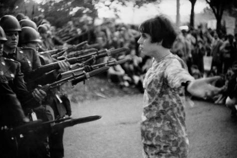 marc_riboud_39c_joven_flor_anti-vietnam_washington_dc_1967