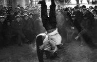 Pékin. Dans le quartier du Pont du Ciel aujourd'hui disparu, deux lutteurs amusent les badauds.